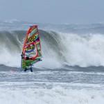 Danmarksmesteren i windsurf waveperformance, Lars Petersen trodsede stormen i Nordjylland. Om et øjeblik bliver han nedlagt af bølgen som vi ser på billedet og må svømme i land med brækket mast og krøllet udstyr
